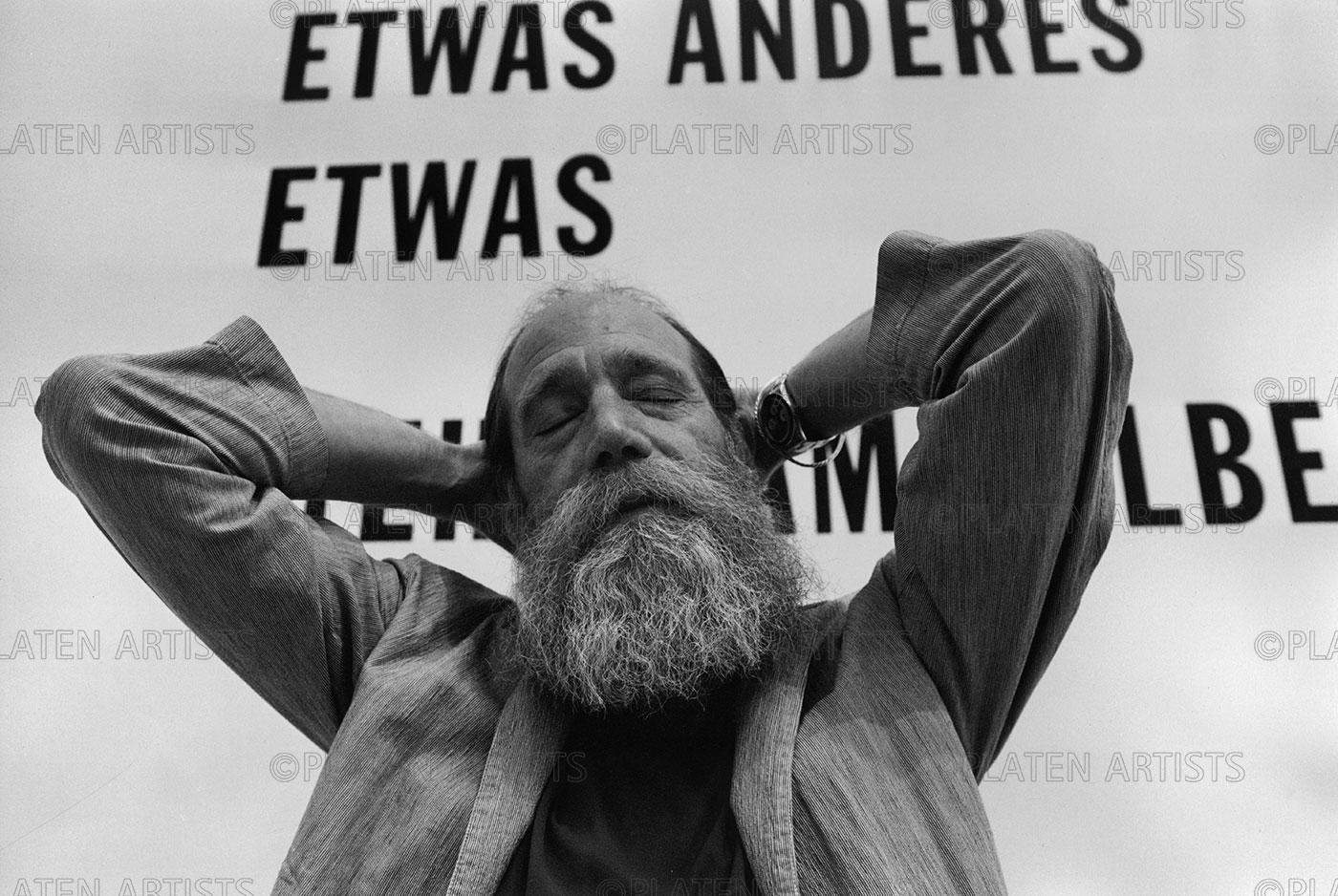 Lawrence Weiner, Etwas anderes ausser sich selbst, Berlin 2000