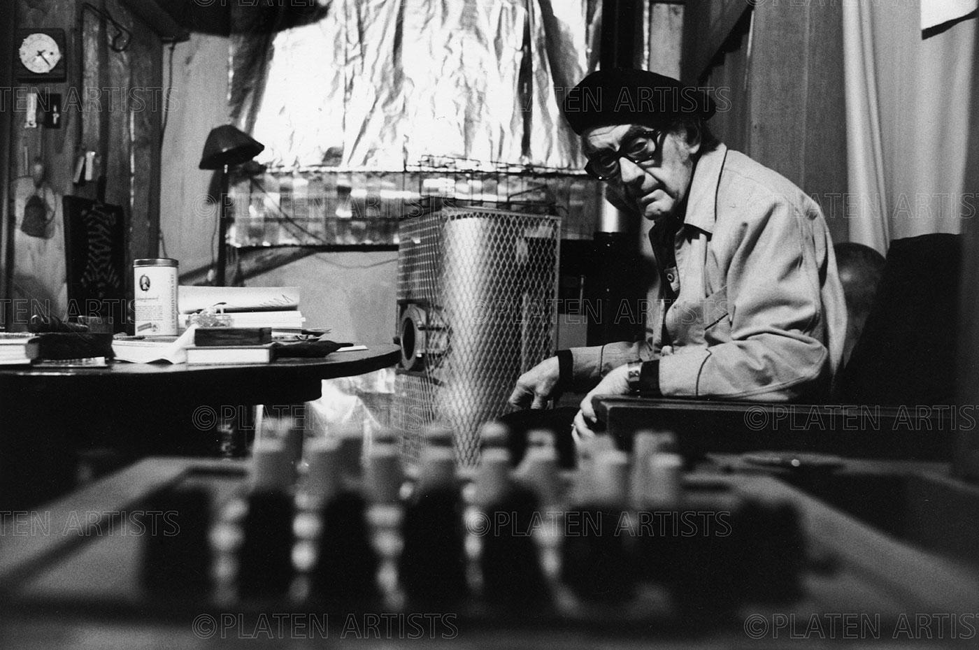 Man Ray, Guru hinter Schachbrett , Paris, 1974